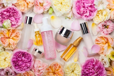 62280388 - overhead view of cosmetic set and flowers